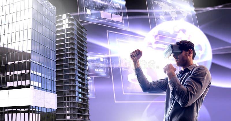 Man den bärande virtuell verklighethörlurar med mikrofon med högväxta byggnader med världen, och skärmar har kontakt stock illustrationer