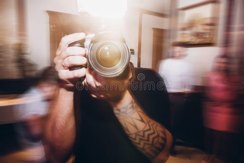 Man den hållande fotokameran, fotograf på recep för bröllopceremoni arkivbilder