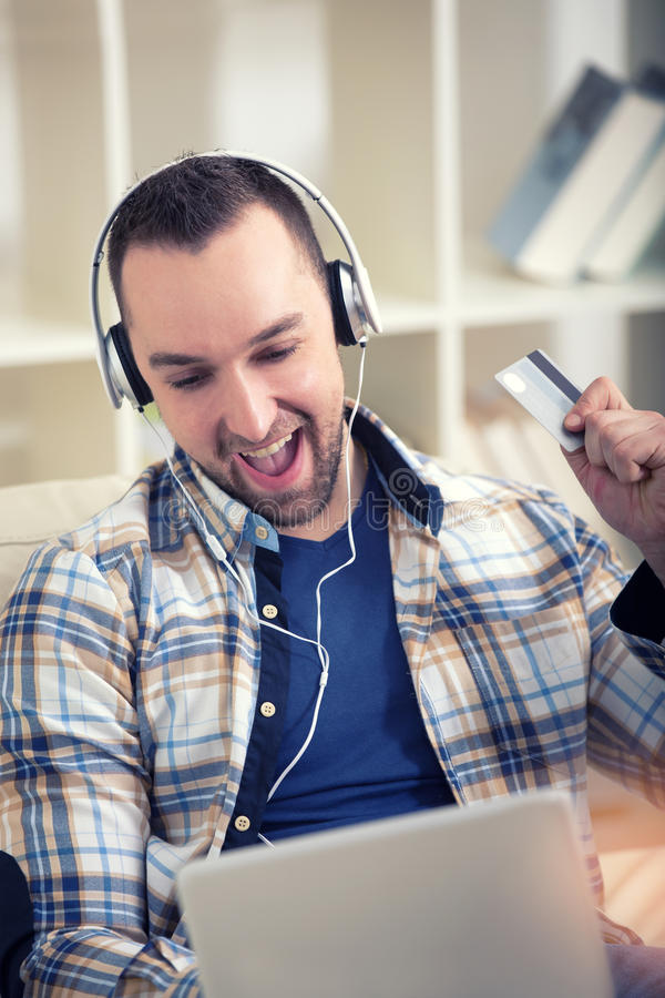 Man den hållande kreditkorten och användabärbara datorn för online-shopping royaltyfria foton