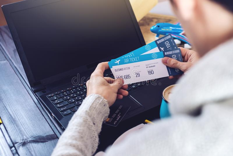 Man den hållande kreditkorten och plana biljetter för buys på internet royaltyfri fotografi