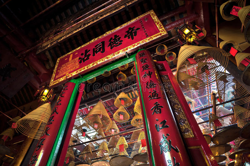 Man den Mo Temple inre, glåmiga Sheung, Hong Kong arkivbilder