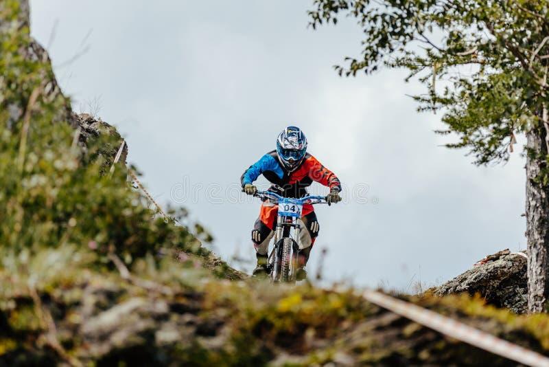 Man den sluttande cykeln för ryttaren på en bergslinga arkivfoto