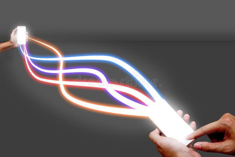 Man det hållande optiska ljusa nätverket för mobiltelefonen och för fiber royaltyfri fotografi