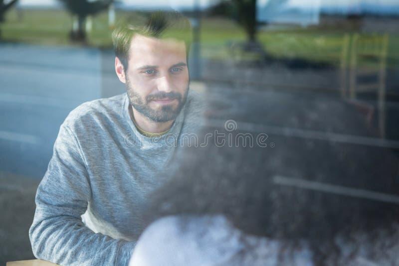 Man die aan een vrouw in koffiewinkel spreken royalty-vrije stock foto's