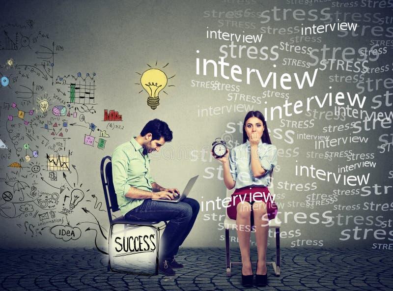 Man die aan laptop werken die ideeën naast een beklemtoonde bezorgde vrouw produceren royalty-vrije illustratie