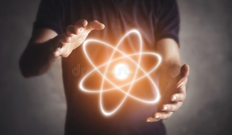 Man die atoom houdt Energie Wetenschap Verbinding stock foto