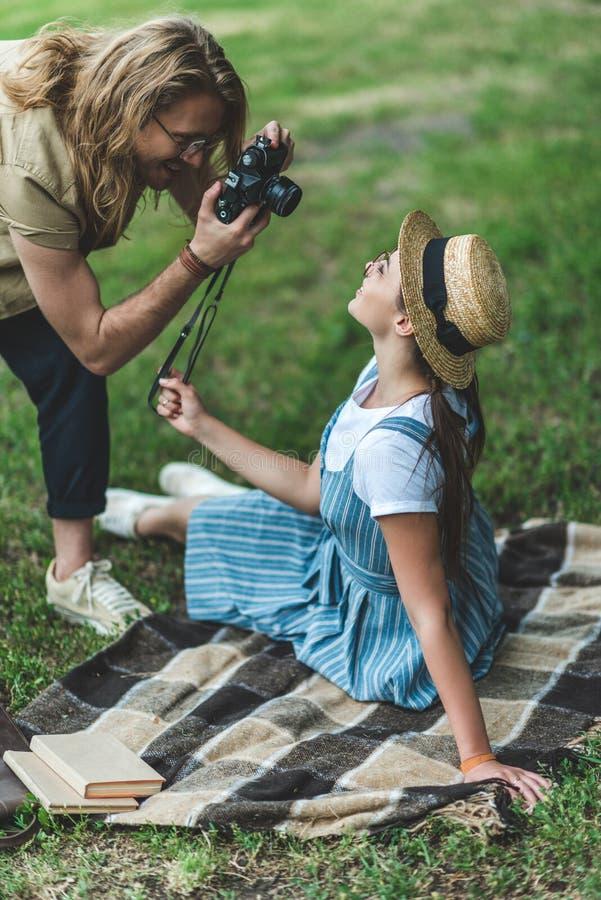 man die foto van jonge vrouw nemen stock afbeelding