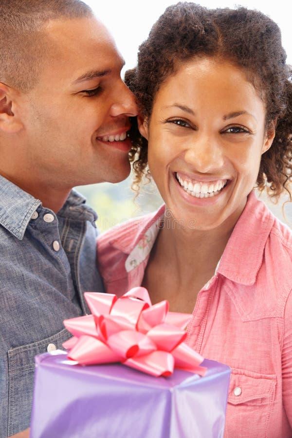 Man die gift geeft aan vrouw royalty-vrije stock foto's
