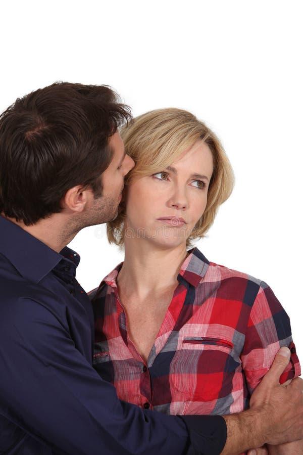Man die in het oor van de vrouw fluistert stock afbeeldingen