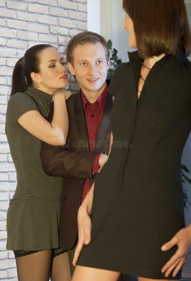 Man die met twee vrouwen flirt royalty-vrije stock foto's