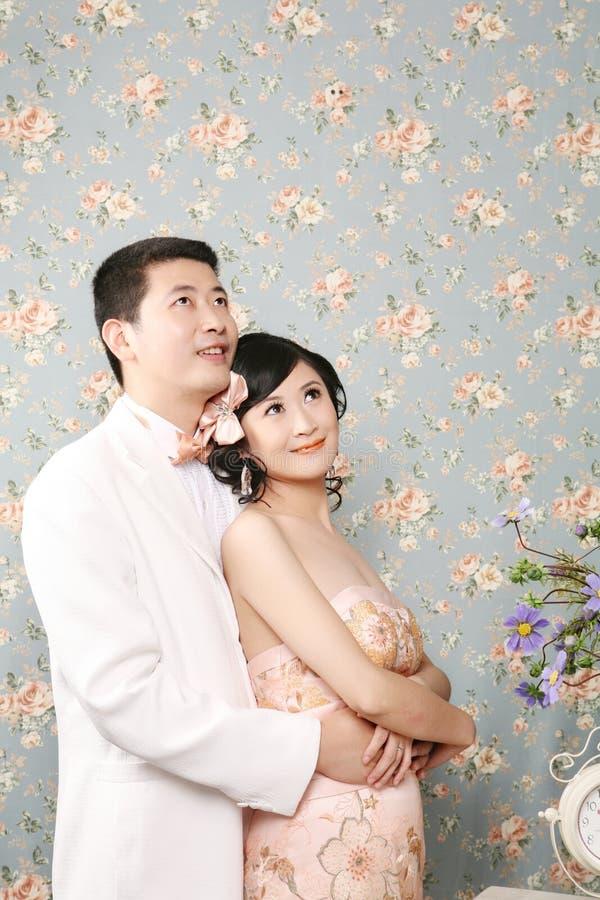 Man die mooie vrouw koestert royalty-vrije stock fotografie