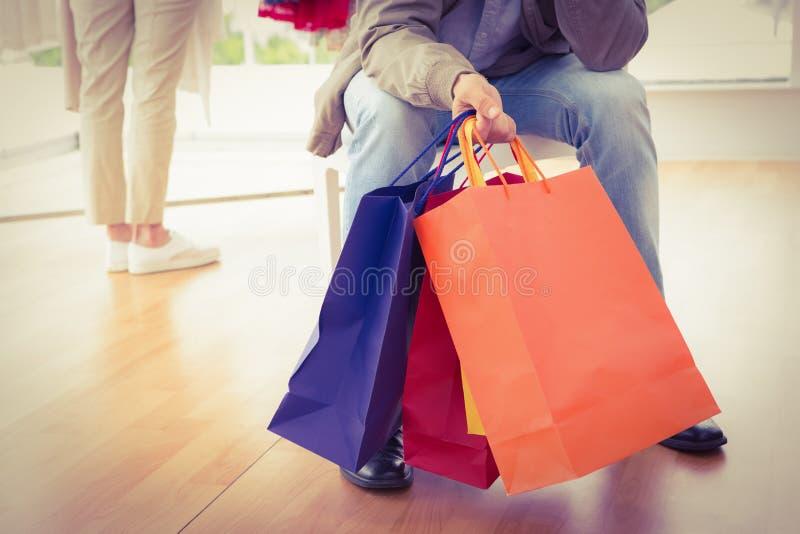 Man die op zijn winkelende vrouw wachten royalty-vrije stock foto's