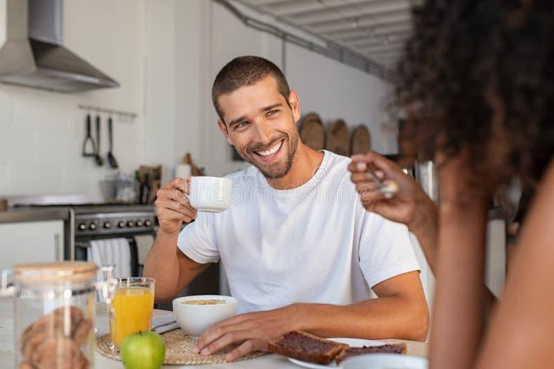 Man die van ontbijt met Afrikaanse vrouw genieten royalty-vrije stock afbeeldingen