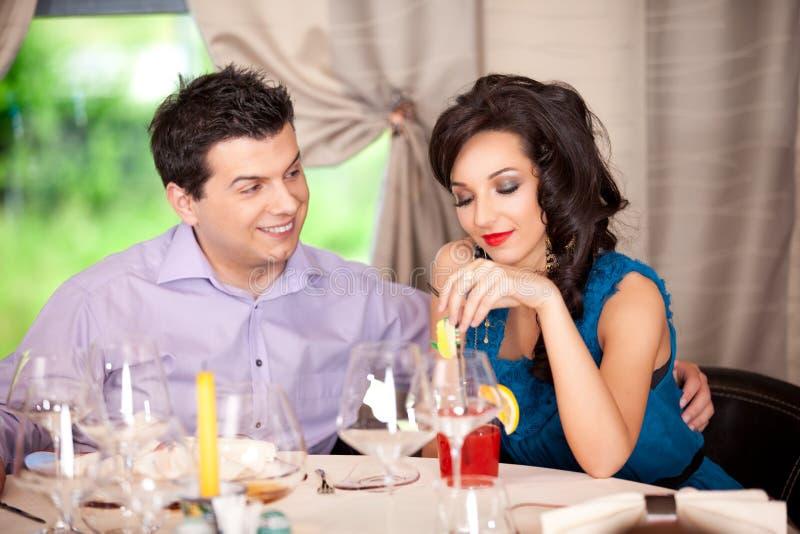Man die, vrouw flirt die bij restaurantlijst wordt geërgerdt royalty-vrije stock foto