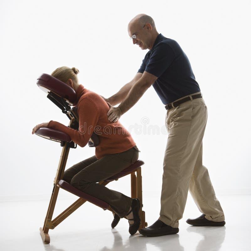 Man die vrouw masseert. royalty-vrije stock fotografie