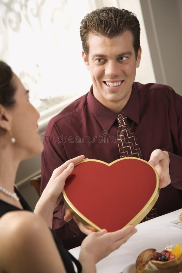 Man die vrouwenValentijnskaart geeft. stock foto's