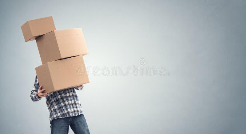 Man die zware kartonnen dozen, verplaatsing, verhuizing van huis of koeriersdienst houdt royalty-vrije stock foto
