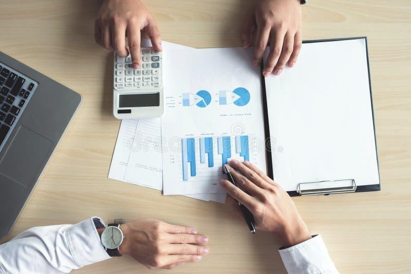 Man eller revisor för affär som två arbetar den finansiella investeringen, wri royaltyfri bild
