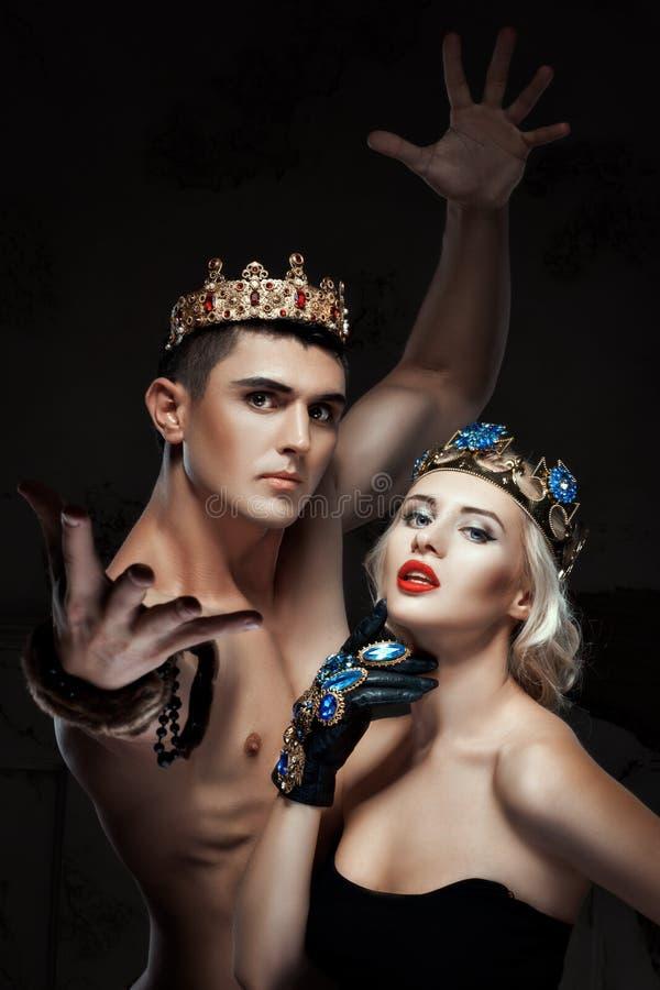 Man en een vrouw met kroon op zijn hoofd stock foto's