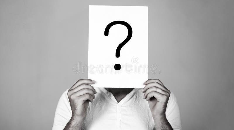Man en fr?ga Tvivelaktigt fl?ck f?r maninnehavfr?ga Problem och l?sningar Fr?gefl?ck, symbol eftert?nksam manlig f? royaltyfri fotografi