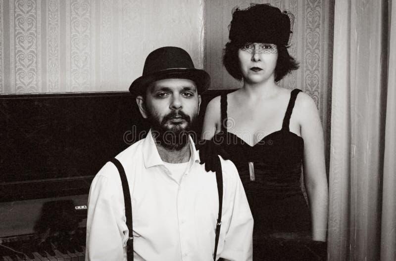 Man en het vrouwen retro portret met korrel stock foto