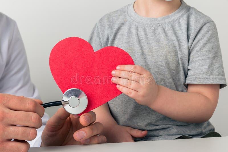 Man en kind luisteren naar het hart met stethoscoop Uw gezondheidsconcept ondersteunen royalty-vrije stock afbeeldingen