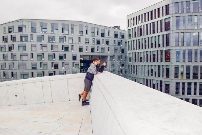 Man en man op het dak van Oslo Opera House Noorwegen stock afbeelding