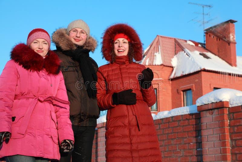 Man en twee vrouwen die zich in openlucht in de winter bevinden stock fotografie
