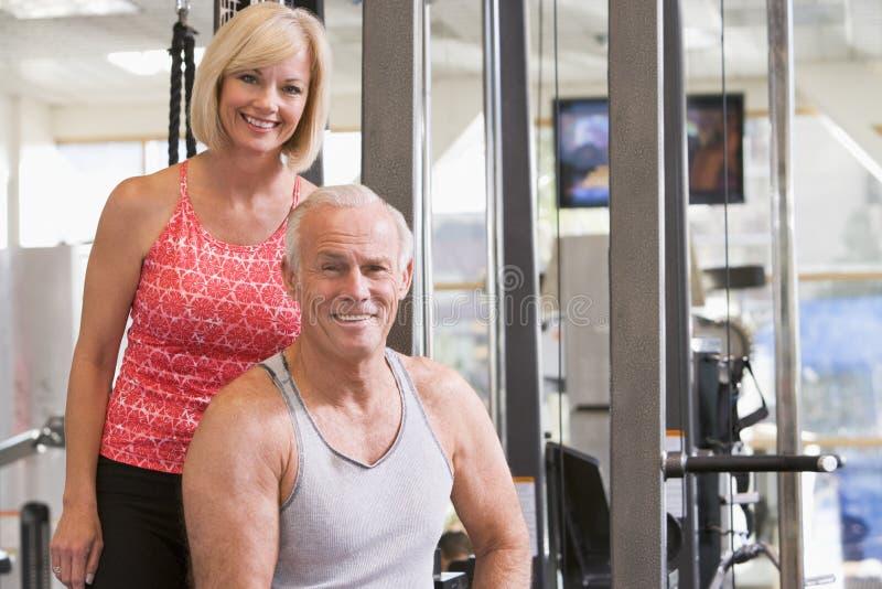 Man en Vrouw bij Gymnastiek samen royalty-vrije stock afbeelding