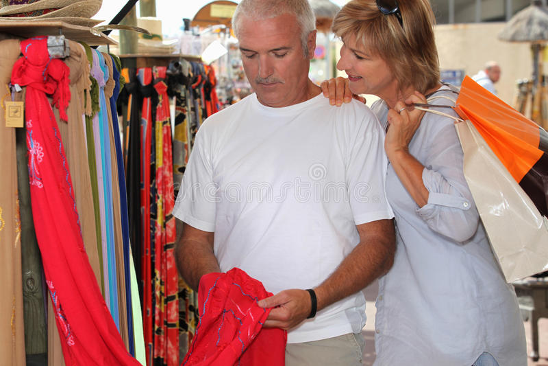 Man en vrouw bij markt royalty-vrije stock foto's