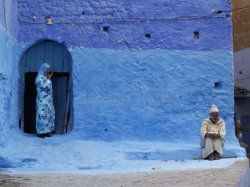 Man en vrouw in blauwe deur marokko royalty-vrije stock foto's