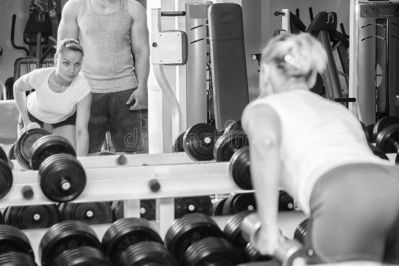 Man en vrouw in de gymnastiek wordt opgeleid die royalty-vrije stock fotografie