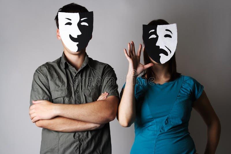 Man en vrouw in de maskers van theateremoties stock foto's