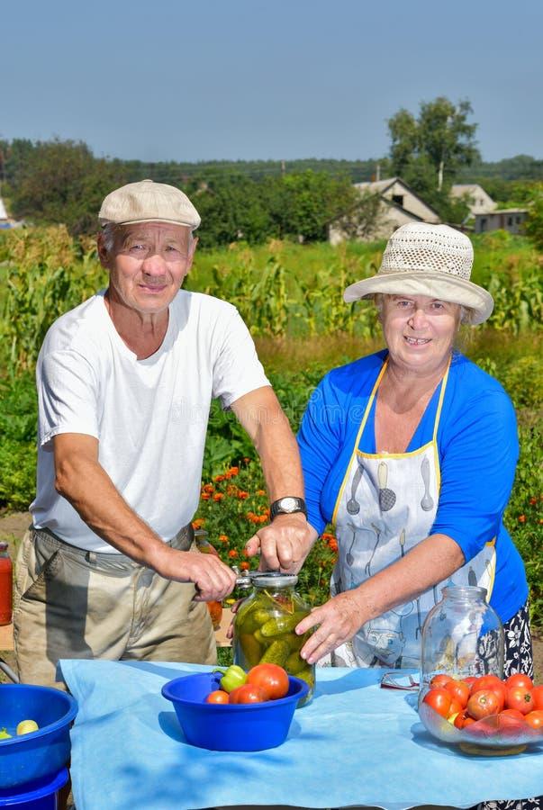 Man en vrouw in de tuin stock fotografie