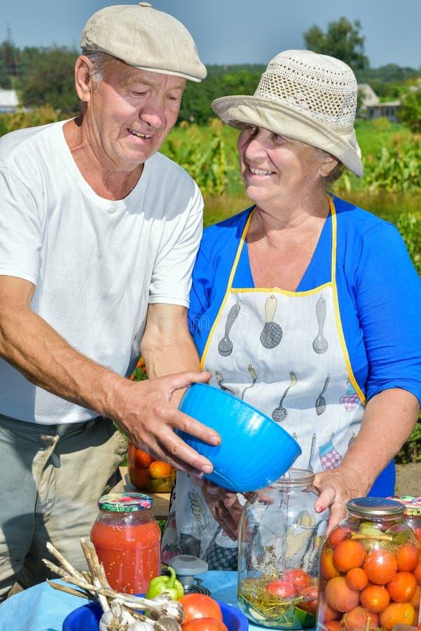 Man en vrouw in de tuin royalty-vrije stock foto