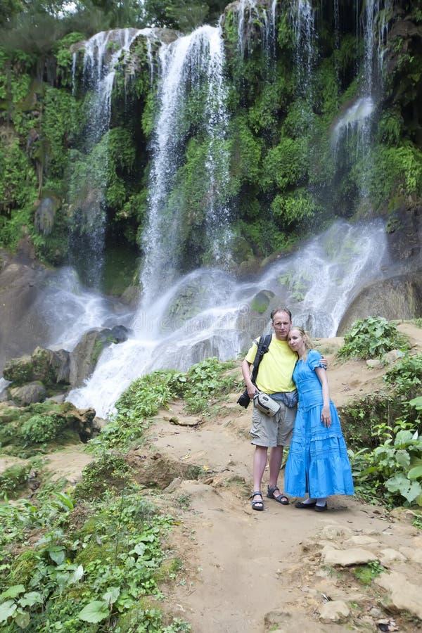 Man en vrouw dichtbij watervallen Soroa, Pinar del Rio, Cuba royalty-vrije stock afbeeldingen