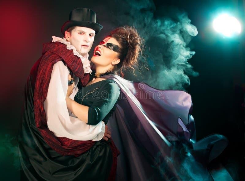 Man en vrouw die als vampier en heks dragen. Halloween stock afbeeldingen
