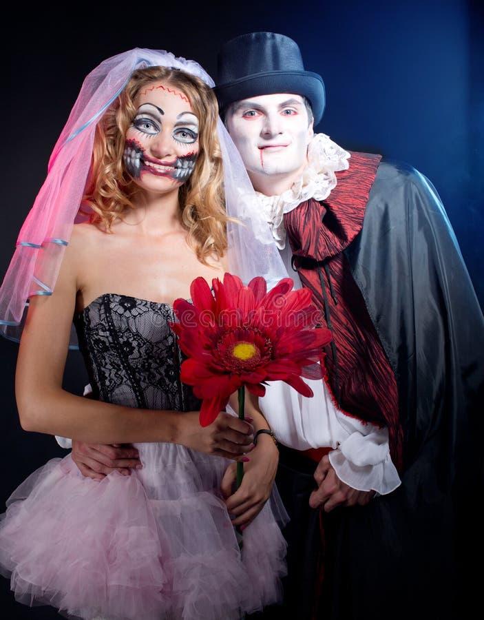 Man en vrouw die als vampier en heks dragen. Halloween royalty-vrije stock afbeelding