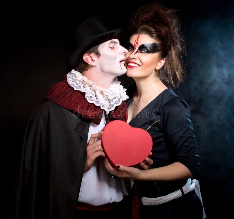 Man en vrouw die als vampier en heks dragen. Halloween royalty-vrije stock fotografie