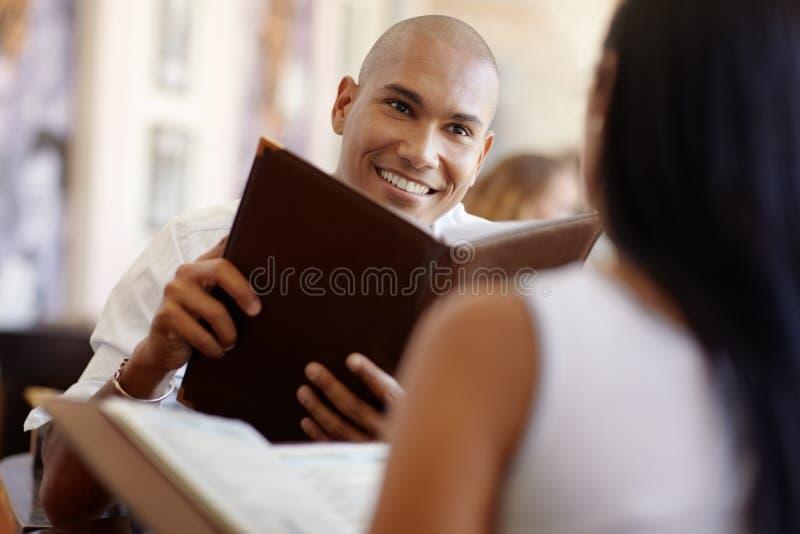Man en vrouw die bij restaurant dateren royalty-vrije stock afbeeldingen