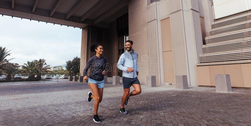 Man en vrouw die in de ochtend lopen royalty-vrije stock afbeeldingen