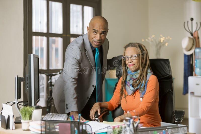 Man en Vrouw die in een Creatief Bureau werken stock afbeelding