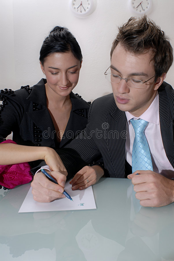 Man en vrouw die een lijst maken royalty-vrije stock foto's