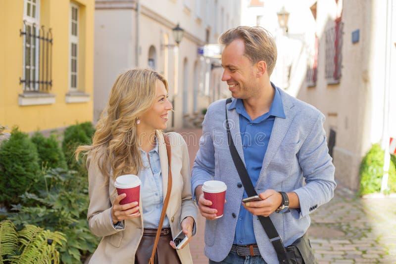 Man en vrouw die een pretgesprek hebben stock afbeeldingen
