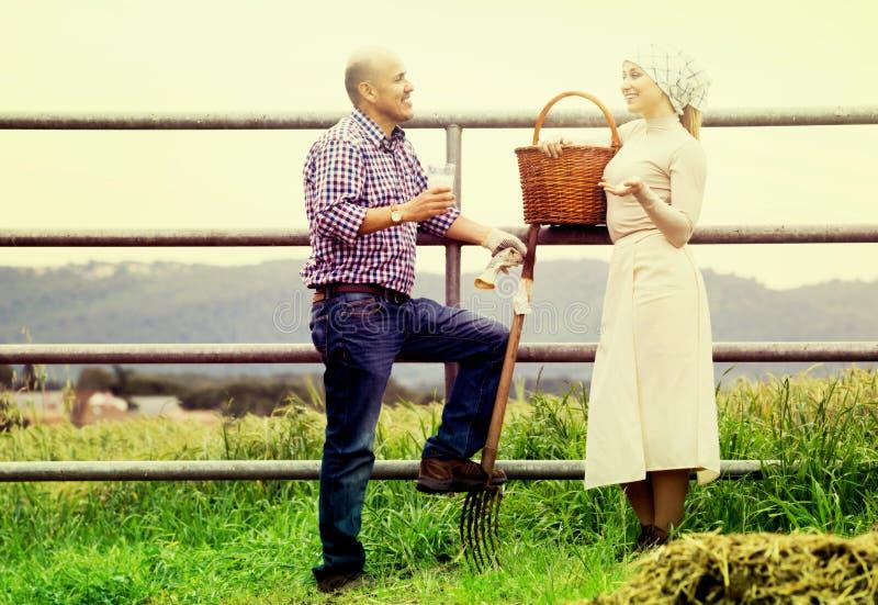 Man en vrouw die en van melk babbelen genieten stock afbeeldingen