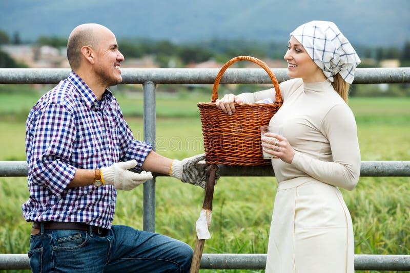 Man en vrouw die en van melk babbelen genieten stock afbeelding