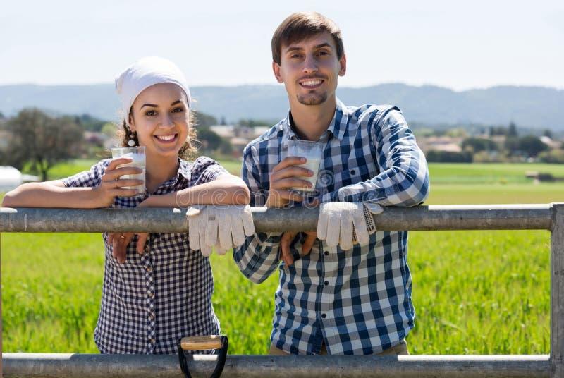 Man en vrouw die en van melk in openlucht babbelen genieten stock foto