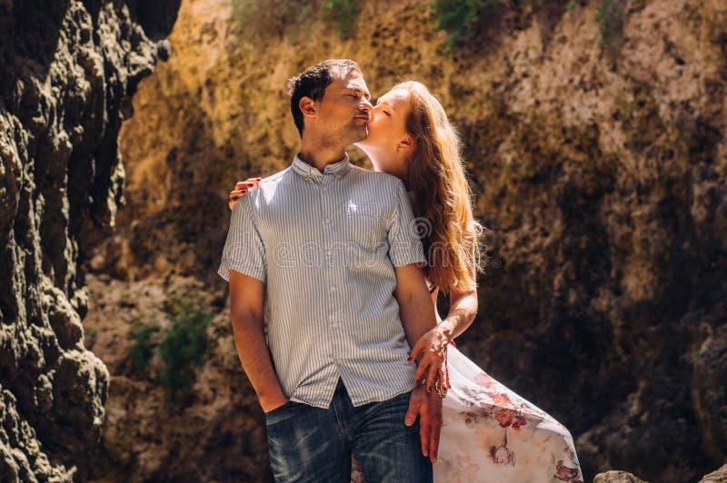 Man en vrouw die en in gespleten lopen kussen royalty-vrije stock foto