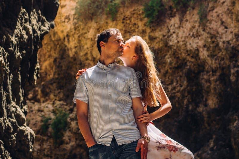 Man en vrouw die en in gespleten lopen kussen stock fotografie