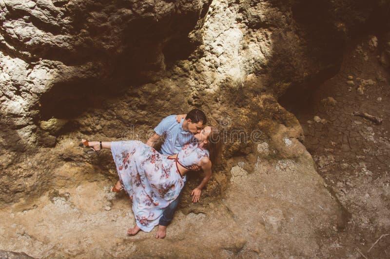 Man en vrouw die in gespleten lopen royalty-vrije stock afbeeldingen
